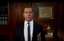 С Днем Знаний россиян Дмитрий Медведев поздравил в своем видеоблоге
