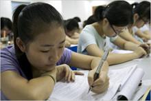 Китайские школы в двух городах резко ужесточили дисциплину для учащихся. Там запрещают держаться за руки и тем более— влюбляться.