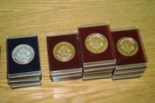 «Золотые медали» школьникам вручать уже не будут. Их заменят аттестаты с отличием.