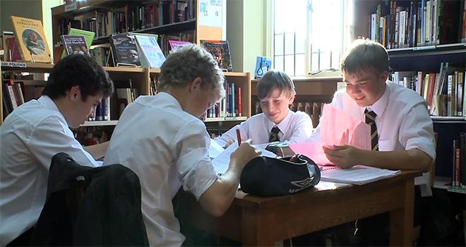 Подростки получают среднее образование в Англии