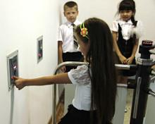 В Астраханской области школа села Татарская Башмаковка оборудована турникетами с электронными датчиками отпечатков пальцев.