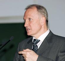 Вице-президент РАН Валерий Козлов (председатель комиссии академии по экспертизе школьных учебников) все замечания Алфимова назвал вздорными