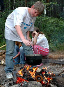 Обед у костра в летнем лагере