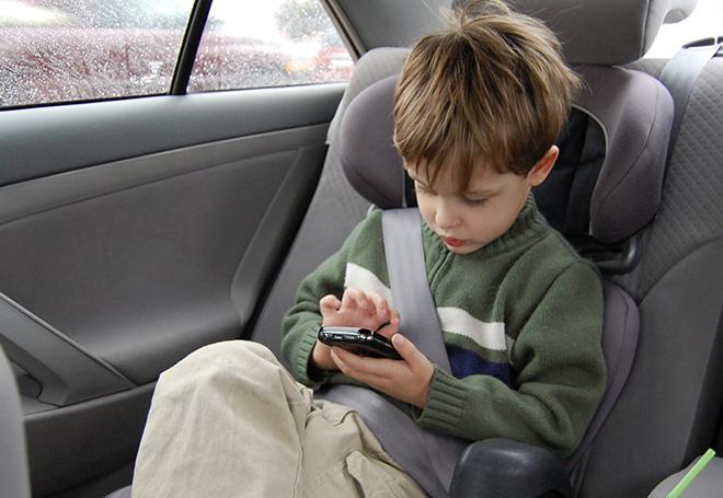 ребенок и телефон