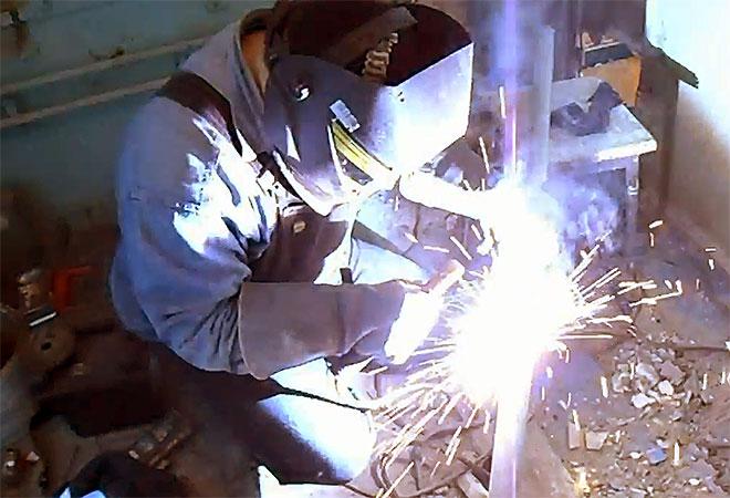 Электросварщик за работой